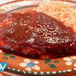 Receta: Es miércoles de comida corrida, prepara Chuletas de cerdo en chile ancho. | Todo Un Show