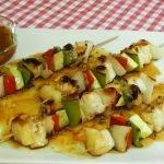 Cómo hacer brochetas de pechuga de pollo con verduras y una deliciosa salsa de piña