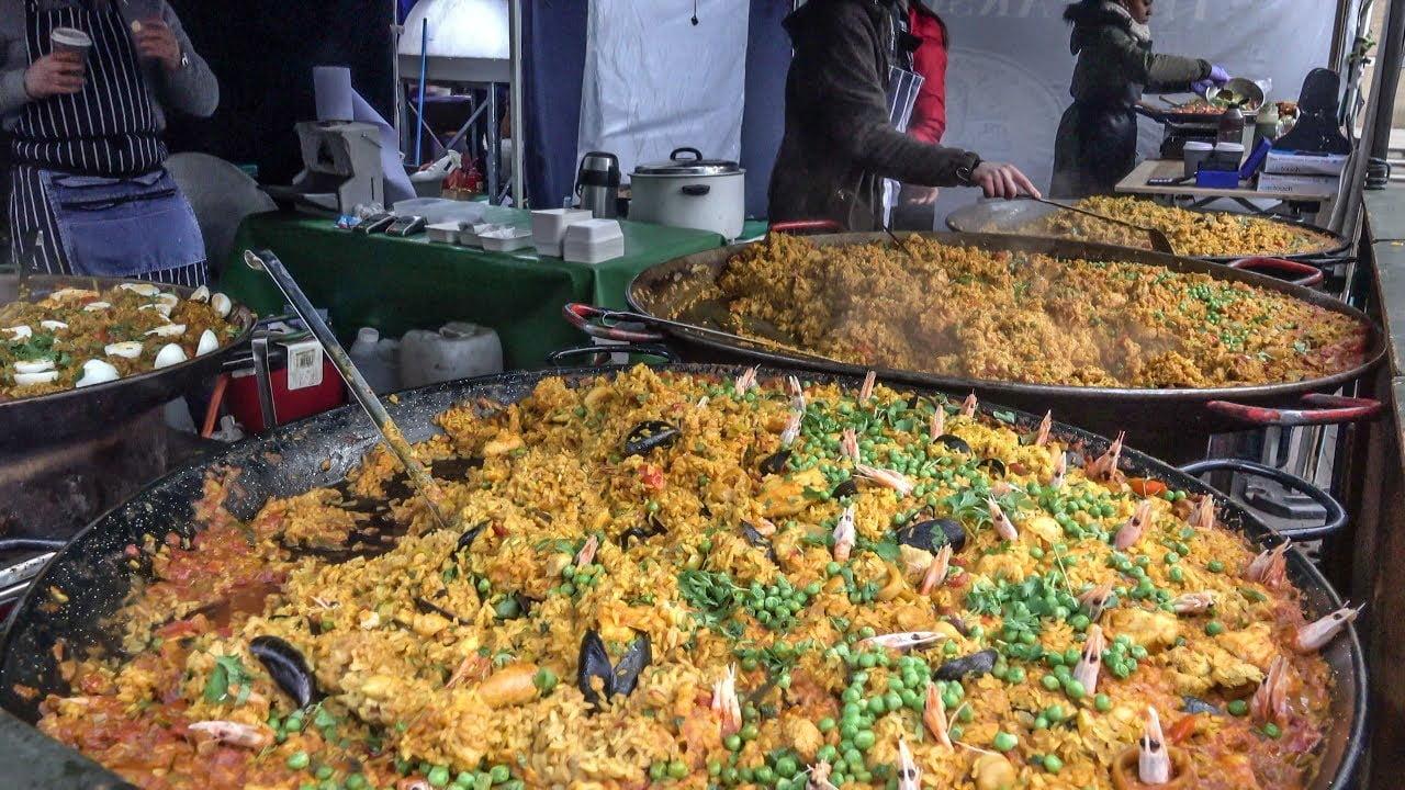 Comida callejera del London Bridge Market. Paellas enormes, hamburguesas grandes de jabalí, pasta de colores y más