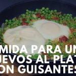 Comida para uno: Huevos al plato con guisantes - recetas sanas, saludables y economicas
