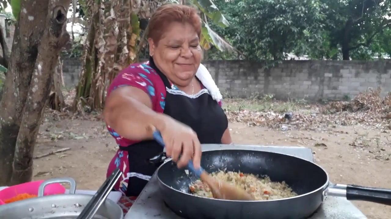 MAMA BERTA PREPARANDO RICO ARROZ CON POLLO