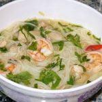Sopa de fideos de arroz con camarones y pollo