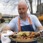 Andrew Zimmern Cooks: paella de mariscos a la parrilla