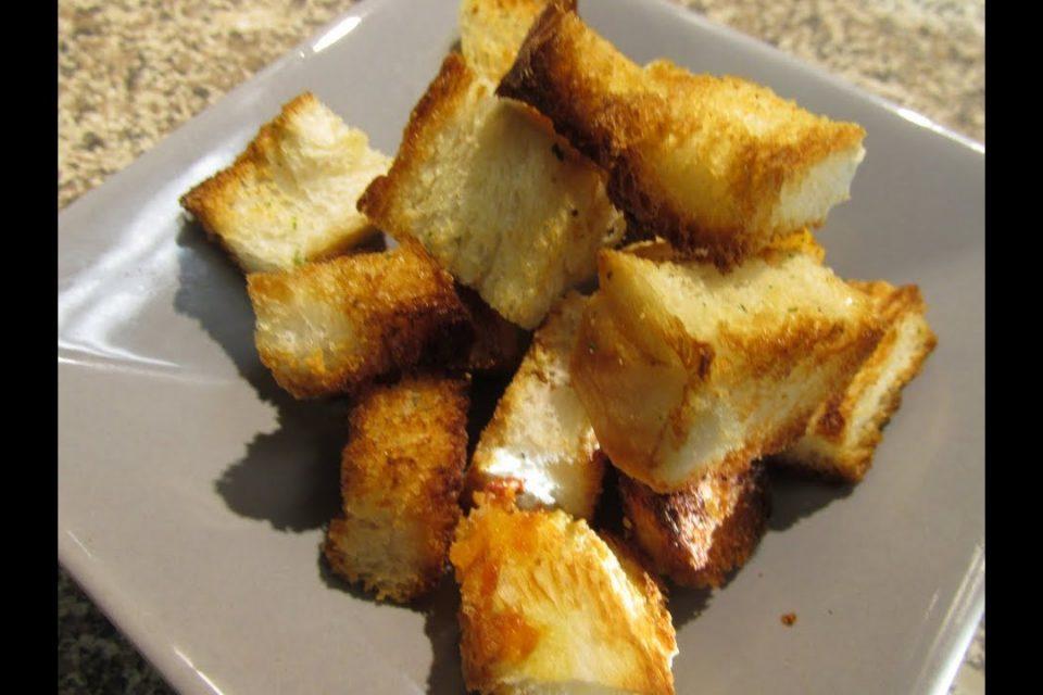 Croutones o panecillos para ensaladas y sopas