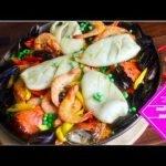 Cómo hacer paella de mariscos al estilo filipino con huevas de cangrejo