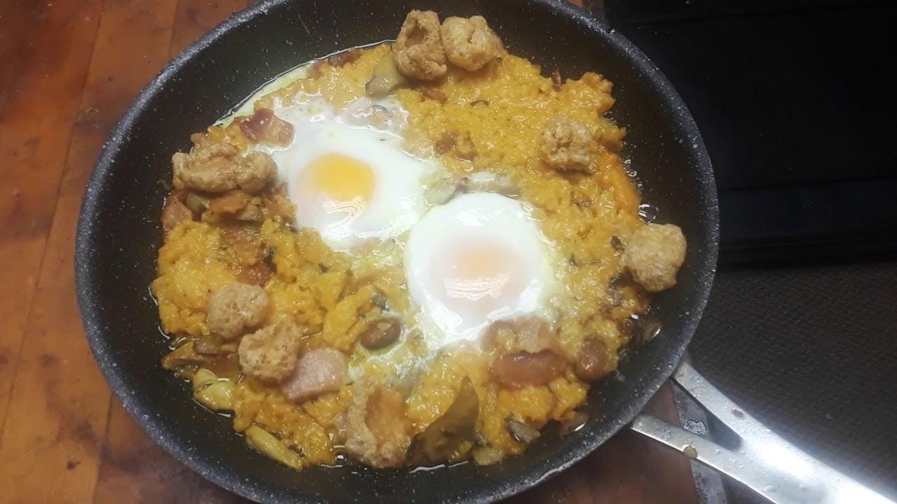 Arroz con pollo chicharrones y cuervos. Pollo y arroz con chicharrones tocino y