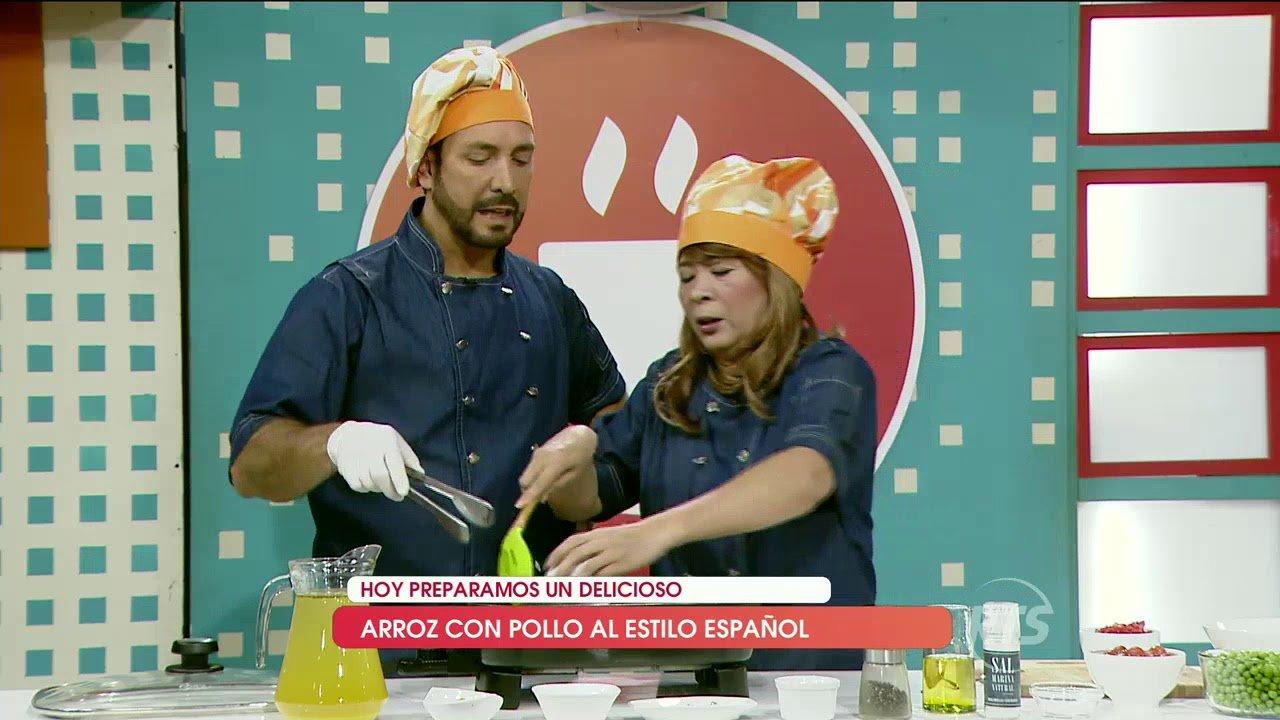 Los chefs prepararon arroz con pollo al estilo español