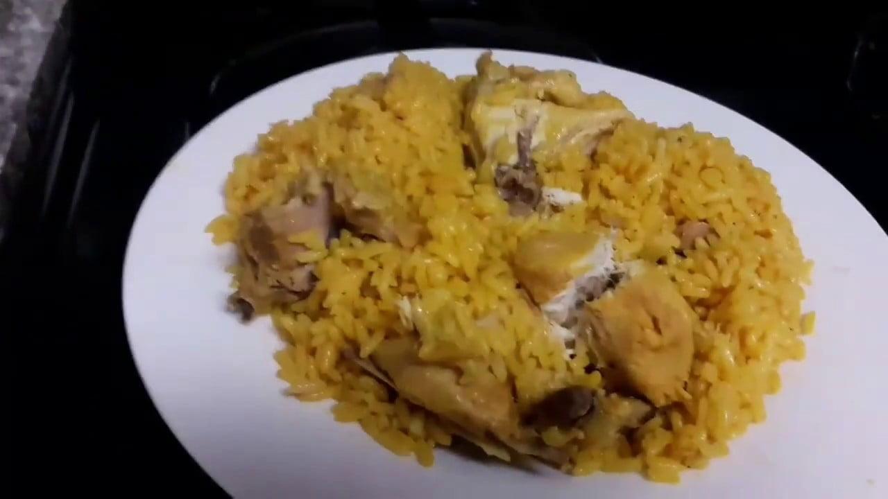Arroz amarillo con pollo,sólo necesitas 10 minutos para hacerlo,riquisimo