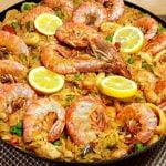 La paella, el famoso plato español con mariscos, es uno de los platos más increíbles y deliciosos.