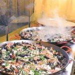 Lo mejor del marisco europeo. Ostras gigantes, paella, langostinos, langostas. Evento de comida callejera en Italia