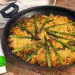 Paella de verduras 🥘 Calabacín, alcachofas y espárragos verdes - Cocinatis