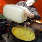 RECETA DE PAELLA: Comida española inspirada hecha con arroz basmati indio, mercado de la calle Whitecross, Londres