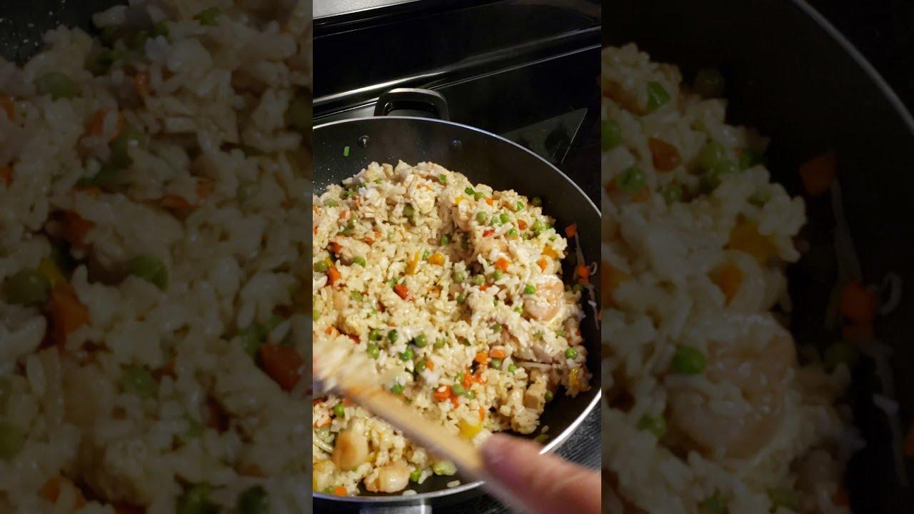 Arroz chino con pollo y camarones con vegetales