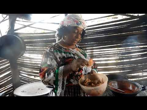 Castula Mariche preparando tamales de arroz