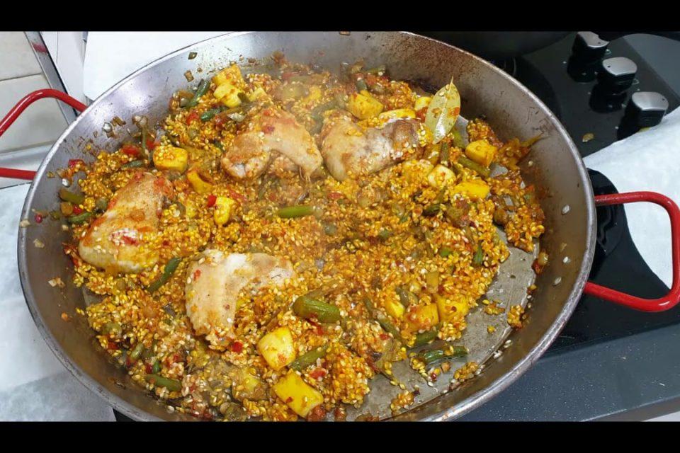 Paella mixta de pollo, verduras y marisco