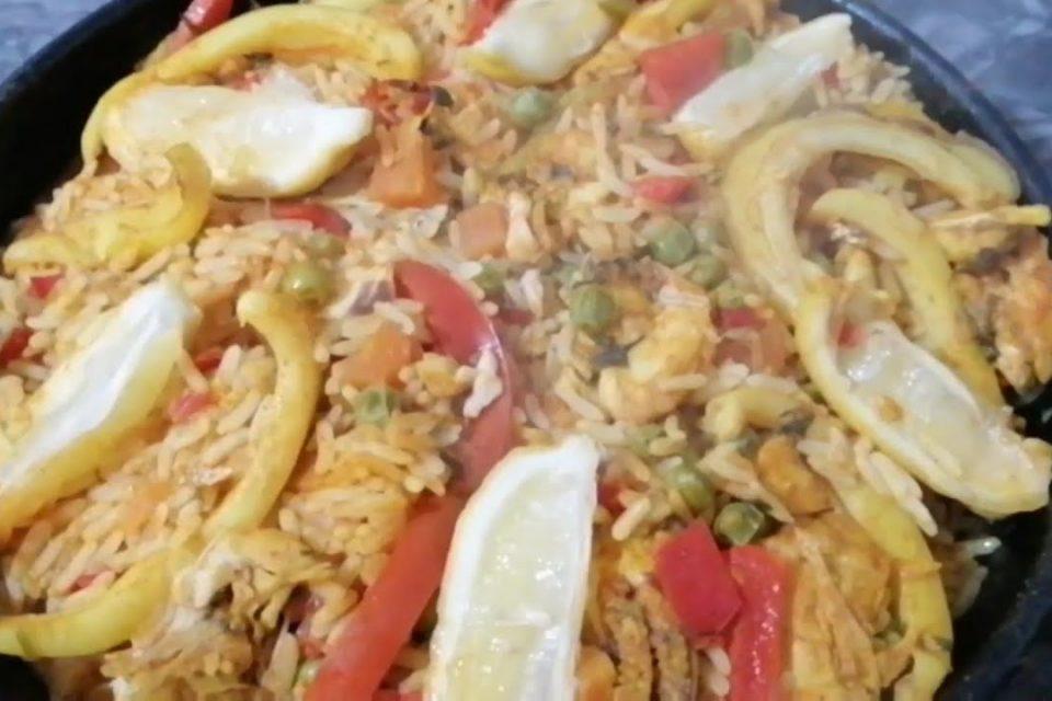 Plato de paella de pescado - maravilloso - preparado de manera fácil y sencilla