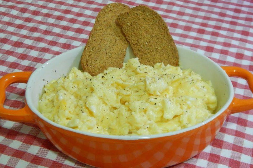Cómo hacer unos huevos revueltos muy jugosos al estilo Americano