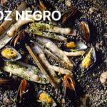 ARROZ NEGRO toque Navajas Mejillones Casa Arturos Paella y Arroz