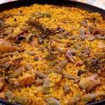 Cómo cocinar una  paella valenciana, a leña, al estilo de Mariaje