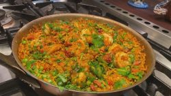 Cómo hacer paella de camarones y chorizo |  #StayHome con Rachael