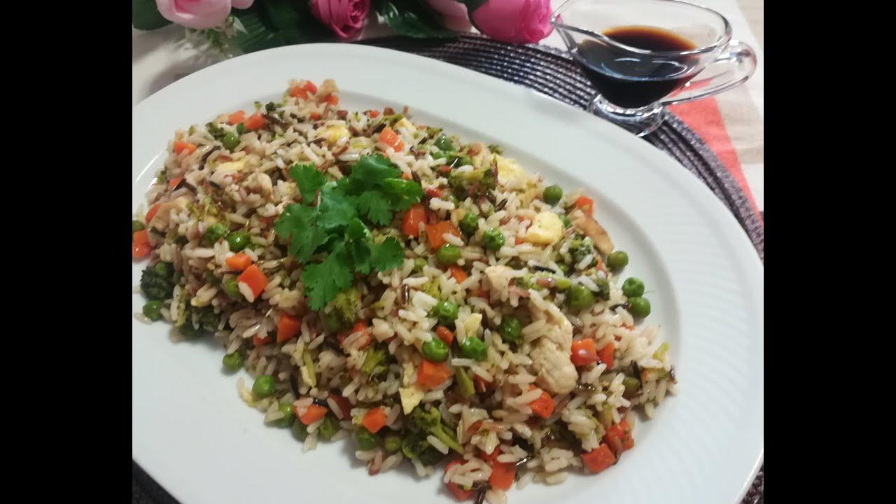 El arroz con pollo y verduras es un tentempié sano y completo Arroz con pollo y verduras