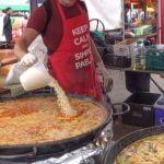 Cocinar seis grandes paellas españolas.  Mariscos, Pollo, Chorizo y Más.  Comida callejera de Londres