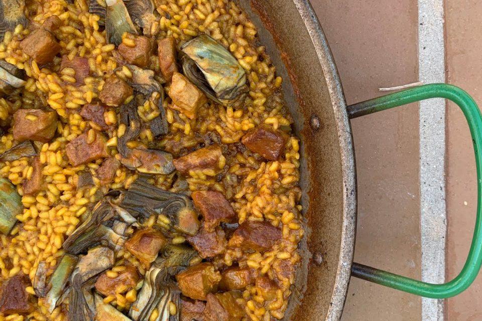 Paella de secreto y alcachofas