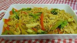 Cómo hacer los auténticos fideos chinos con pollo y verduras (Receta Fácil)