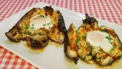Receta fácil de berenjenas asadas con huevo y refrito