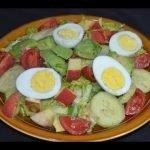 Ensalada con aguacate, huevos y manzanas - recetas para perder peso