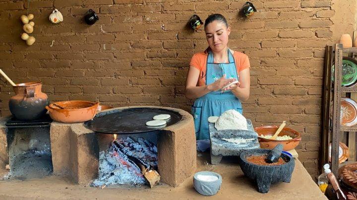 Gorditas De Comal y Salsa En Molcajete La Cocina En El Rancho