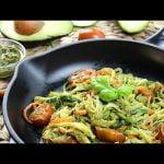 Espaguetis de Calabacín con Salsa de Aguacate y Nueces (Receta Keto y Saludable)